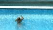 Jeune femme plongeant  (vue en plongée).