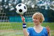 Frau ballanciert Fussball