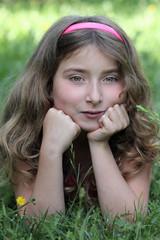 Tendre sourire dans la prairie (fille 10 ans)