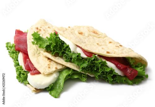 piadina farcita con insalata,mozzarella e prosciutto crudo