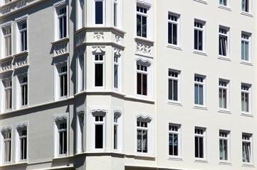 Wohnhaus Mehrfamilienhaus Balkone, blauer Himmel