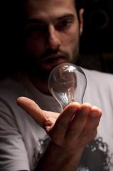 uomo con lampadina in mano