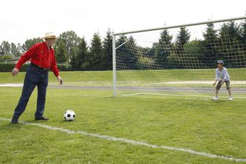 Grossvater und Enkel beim Fussballspiel