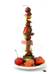 Torre de frutas frescas y chocolate