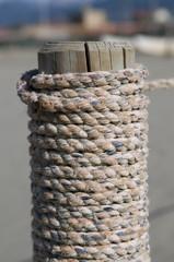 Holzpfosten mit Tau