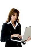 Donna con PC portatile in azienda