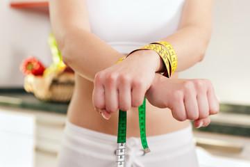 Diät und Wahn - Frau gefesselt
