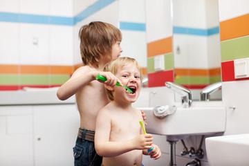 zwei brüder putzen die zähne