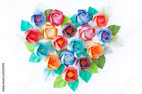 papierowe-roze-ukladali-w-sercu-ksztaltujacym-na-bialym-tle