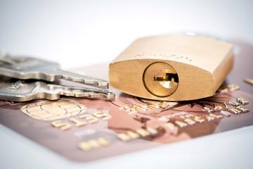 Cadenas et clés sur carte bancaire