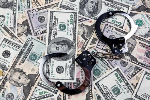 Dollar Geldscheine und Handschellen.