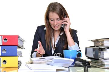 Junge Frau telefoniert im Büro zwischen Akten