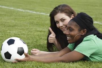 Zwei Mädchen bei der Halbzeitpause