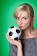Fan küsst einen Fußball