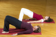 Zwei Frauen machen Rückenübungen