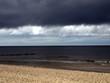 dunkle Wolken über Strand