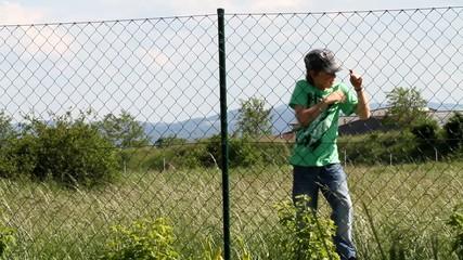 Der Junge und der Zaun