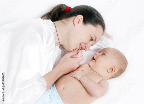 мама языком ласкает дачку видео