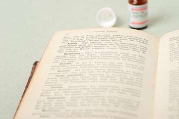 Buch mit homöopathischen Arzneimittel