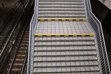 Treppe, Gleise, Menschenleer