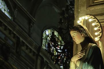 estatua de virgen maría en el interior de una catedral
