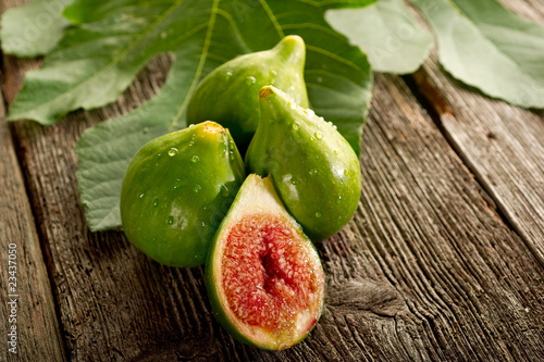 slice fig with leaf - fico tagliato