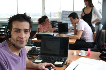 Portrait d'un jeune homme au bureau