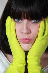Portrait d'une femme avec gant en latex