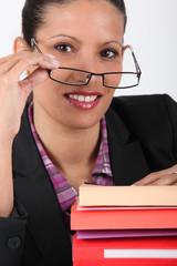 Jeune femme souriante au bureau