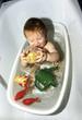 Baby planscht in seiner Plastik Badewanne