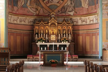 Altarraum in neoromanischer Kirche