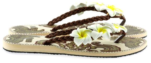 tongs de plage fleurs blanches, fond blanc