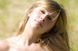 portrait d'une jeune femme blonde sous le soleil