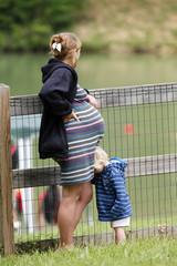 Maman enceinte et son enfant