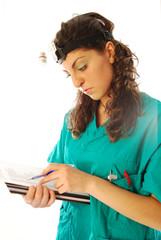 Dottoressa compila cartella clinica