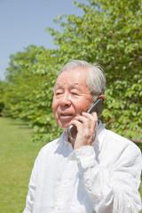 携帯電話で話すシニア