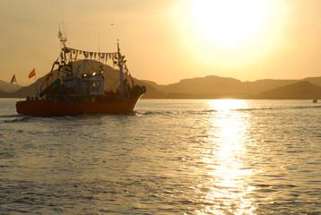 barco pesquero llegando a puerto