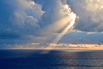 Sonnenstrahl durchbricht Wolken