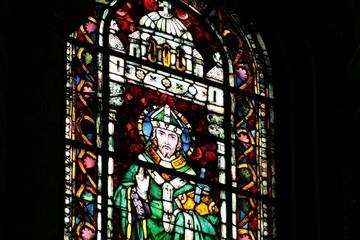 Kirchenfenster in neoromanischer Kirche