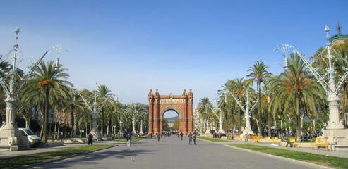 avenue et arc de triomphe à Barcelone