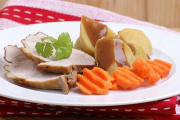 Schweinebraten mit Kartoffeln und Karotten