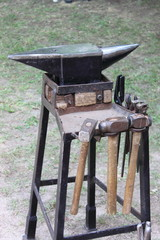 Anvil and sledgehammers