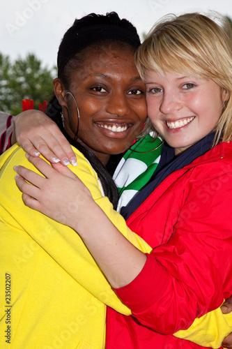 Frauen beim Trikot aufhaengen-7945