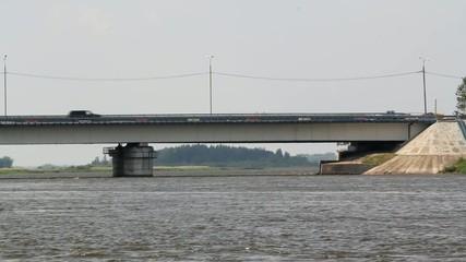 мост над рекой с движущимися автомобилями