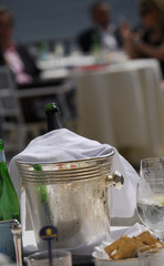 Champagne en la mesa.