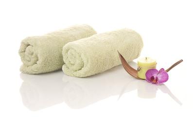 Handtücher, Kerze und Orchideenblüte