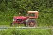 tracteur sur une route de campagne 2