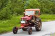 tracteur sur une route de campagne