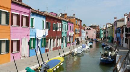 Bunte Häuserfront am Kanal in Burano