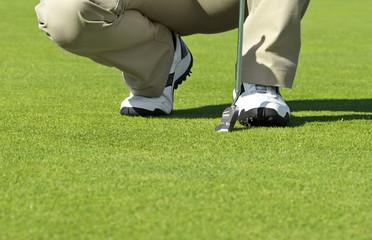 Mann auf dem Golfplatz